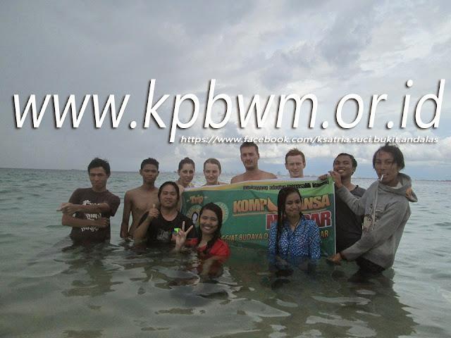 berfoto bersama turis di pulau samalona