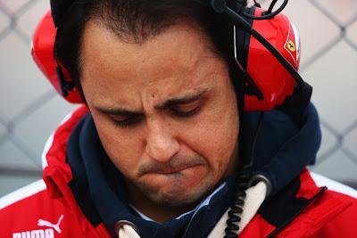 Фелипе Масса в наушниках около ограждения на предсезонных тестах в Барселоне 21 февраля 2013