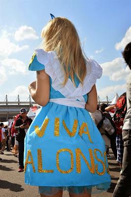 Viva Alonso - болельщица Фернандо Алонсо в голубом платье на Гран-при Японии 2013
