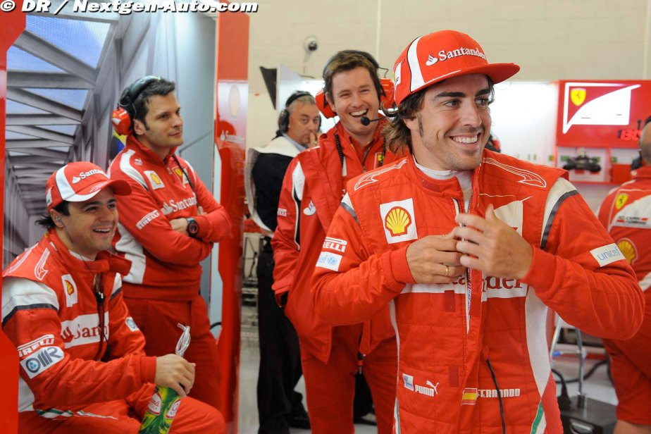 Фелипе Масса, Фернандо Алонсо и Роб Смедли в боксах команды Ferrari на Гран-при Великобритании 2011