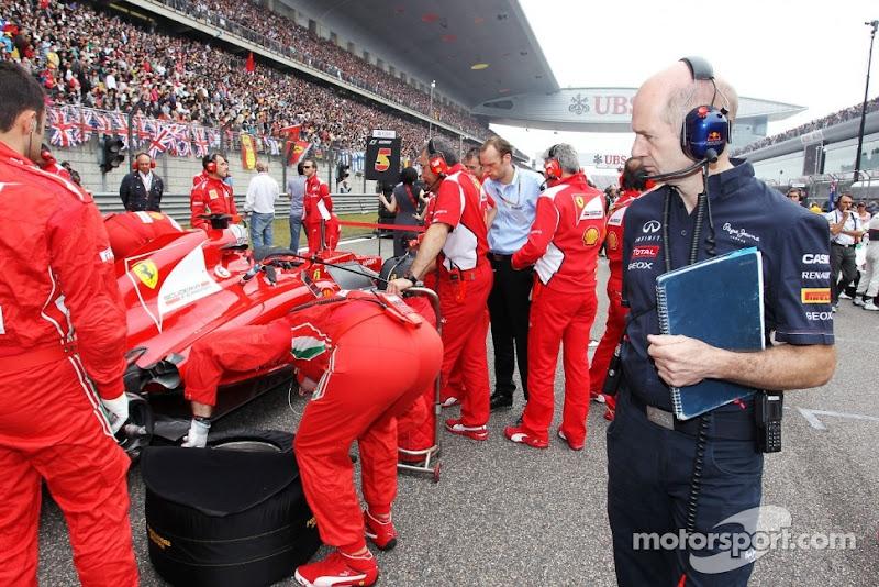 Эдриан Ньюи наблюдает за машиной Ferrari на стартовом поле Гран-при Китая 2012