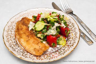 жареное филе окуня с летним салатом