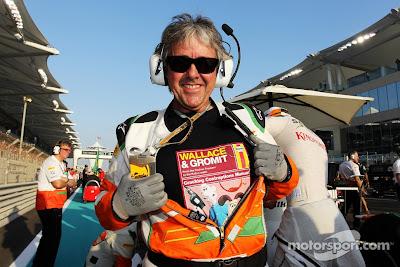 механик Force India Нил Дики в футболке Wallace & Gromit на стартовой решетке Гран-при Абу-Даби 2012