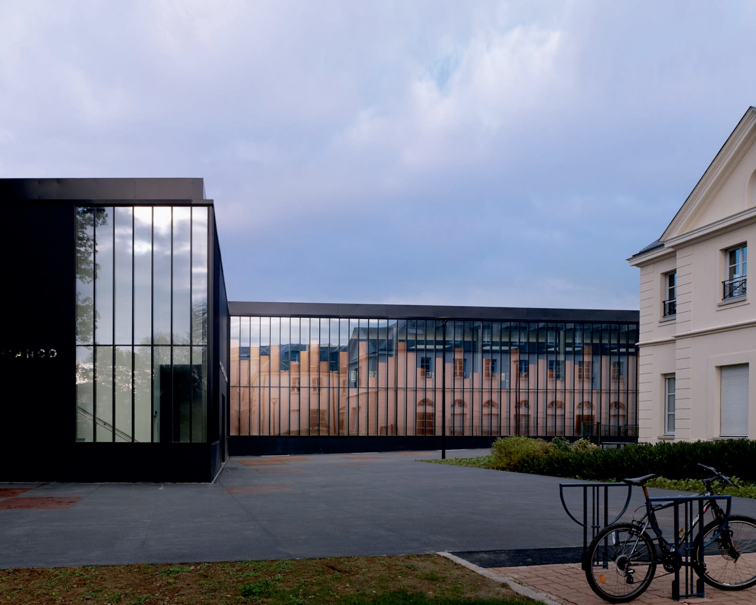 Chelles, Francia: [GYMNASIUM AND TOWN HALL ESPLANADE BY LAN ARCHITECTURE]