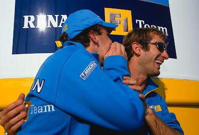 смеющиеся пилоты Renault F1 Ярно Трулли и Фернандо Алонсо на Гран-при Германии 2002
