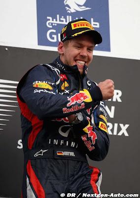 Себастьян Феттель радуется победе на подиуме Гран-при Бахрейна 2012