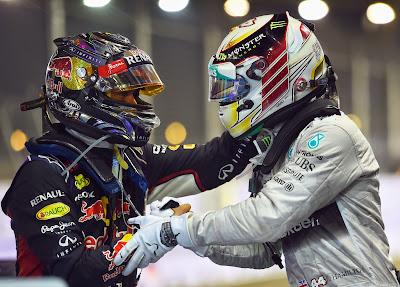 Себастьян Феттель и Льюис Хэмилтон поздравляют друг друга после финиша на Гран-при Сингапура 2014
