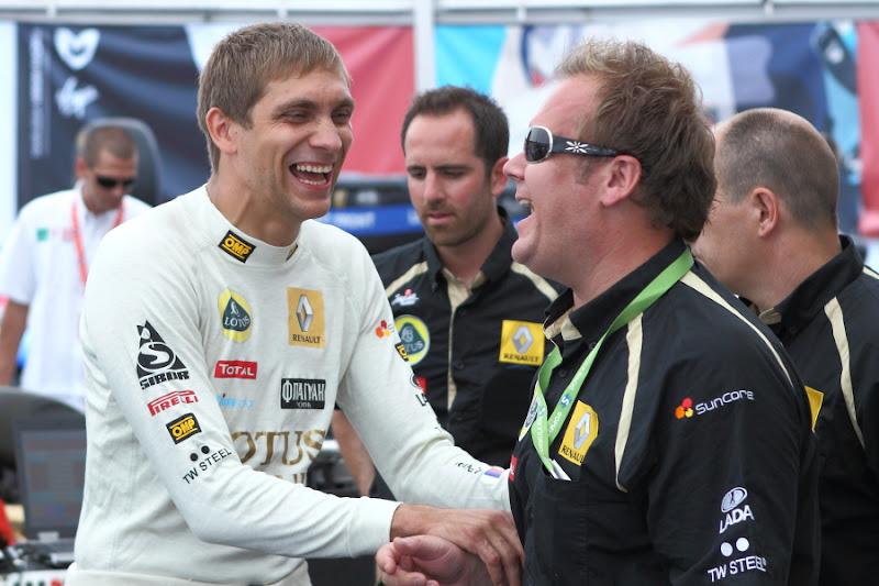 Виталий Петров смеется с механиком в Сочи 2011
