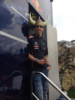 пилот Red Bull Себастьян Буэми в шлеме викинга