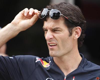 щурящийся Марк Уэббер снимает очки на Гран-при Малайзии 2012