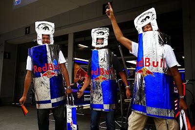 болельщики Red Bull в банках на Гран-при Японии 2014