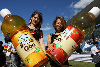 девушки Qoo с огромными бутылками на Гран-при Японии 2011