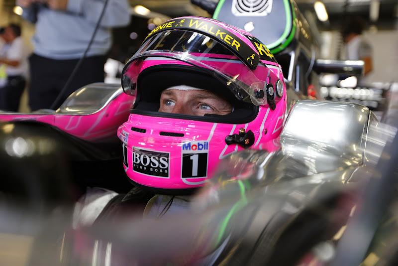 розовый трибьют-шлем Дженсона Баттон в память об отце на Гран-при Великобритании 2014
