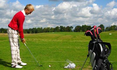 Хейкки Ковалайнен готовится ударить по мячу для гольфа