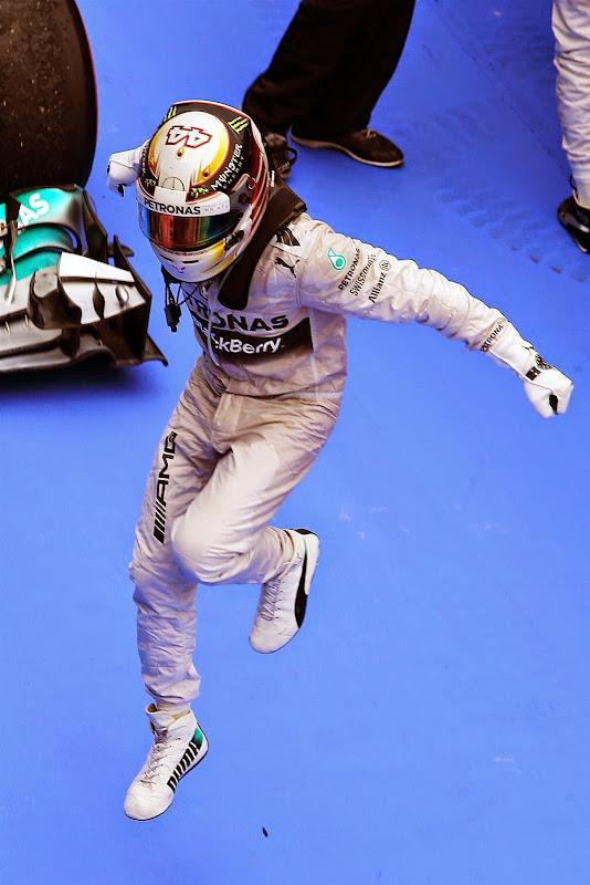Льюис Хэмилтон парит в воздухе после победы на Гран-при Малайзии 2014