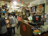 小店內掛滿老舊的海報,賣的是陳年玩具和水果糖,但也有很新潮的彈珠人。