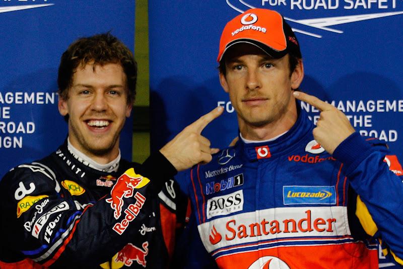 Себастьян Феттель и Дженсон Баттон с пальцами после квалификации на Гран-при Абу-Даби 2011
