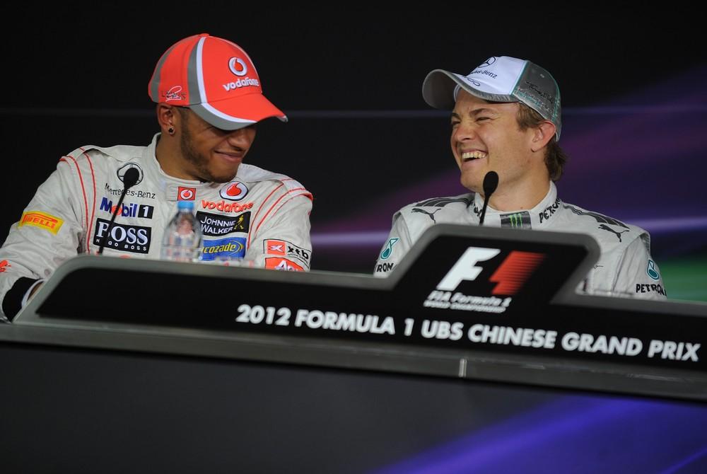 смеющиеся Льюис Хэмилтон и Нико Росберг на пресс-конференции после квалификации на Гран-при Китая 2012