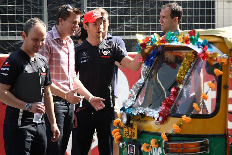 Дженсон Баттон и Джейк Хамфри перед индийской машинкой на Гран-при Индии 2011