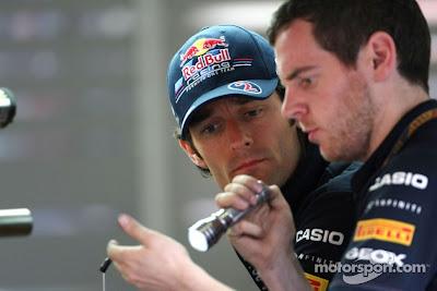 Марк Уэббер и механик с фонариком на Гран-при Бельгии 2011