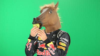 Себастьян Феттель в маске лошади ест яблоко - фотосессия RTL на зеленом экране