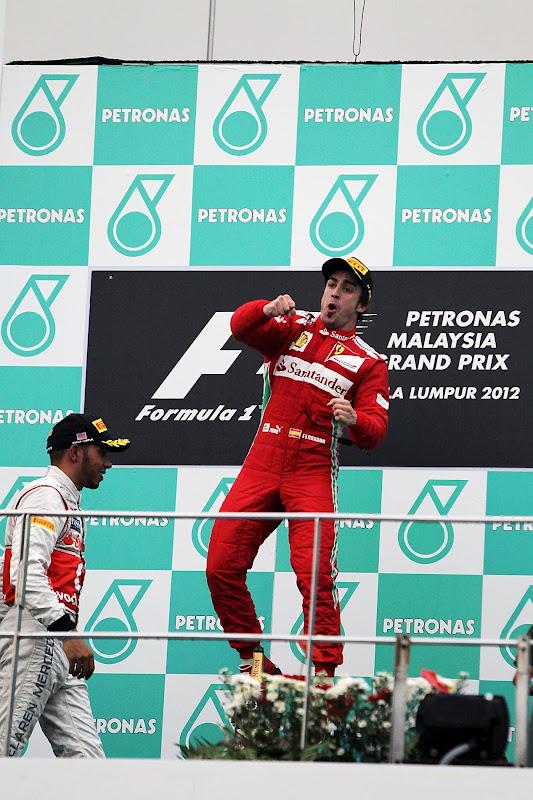 прыжок Фернандо Алонсо на подиуме Гран-при Малайзии 2012