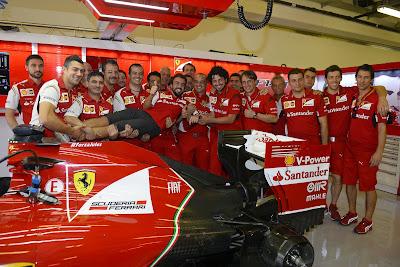 Фернандо Алонсо на руках механиков Ferrari в гараже на Гран-при Абу-Даби 2014