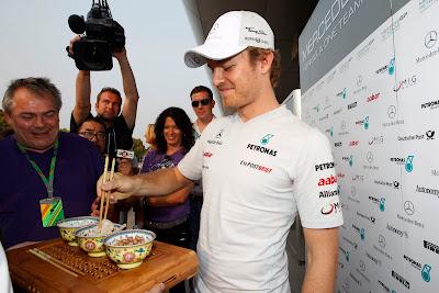Нико Росберг пробует китайскую еду на Гран-при Китая 2011