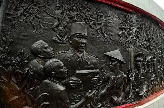 Dr. Sukarno na płaskorzeźbie na podeście pomnika Bohaterów Rewolucji.