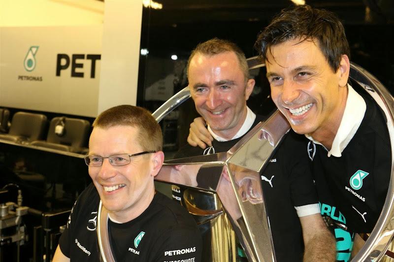 Энди Коуэлл, Падди Лоу и Тото Вольфф отмечают победу Mercedes на Гран-при Абу-Даби 2014