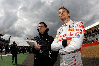 глубокомыслящий Дженсон Баттон под суровым небом Сильверстоуна на Гран-при Великобритании 2011
