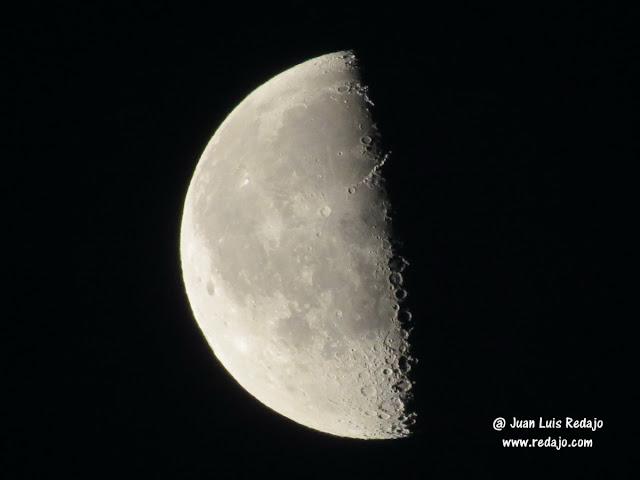 La luna en cuarto menguante de día desde la azotea del hotel Ada ...