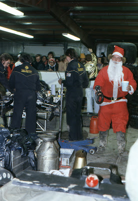 Санта-Клаус в гараже Arrows на Гран-при США 1979