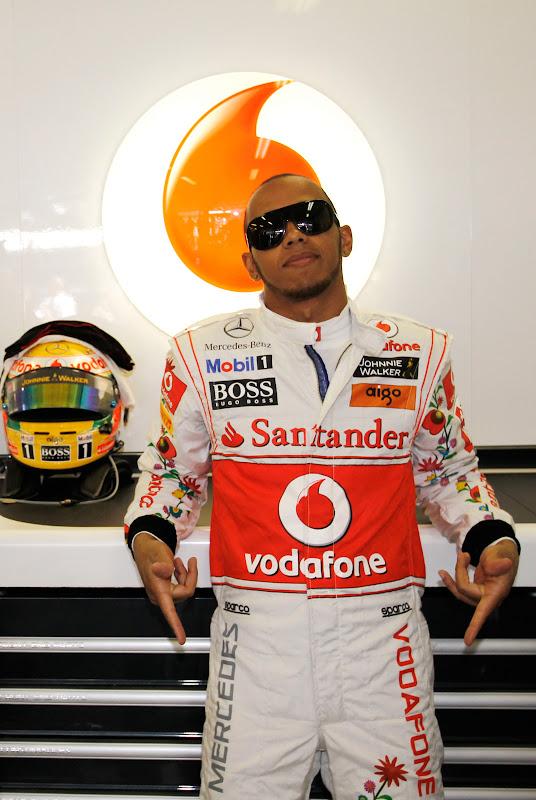 Льюис Хэмилтон в гараже McLaren на Гран-при Венгрии 2011 на трассе Хунгароринг