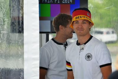 Себастьян Феттель и Нико Росберг болеют за Германию в футболе на Гран-при Канады 2014