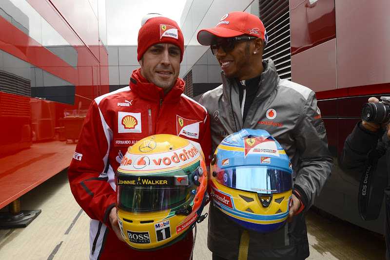 Фернандо Алонсо и Льюис Хэмилтон с шлемами на Гран-при Великобритании 2012