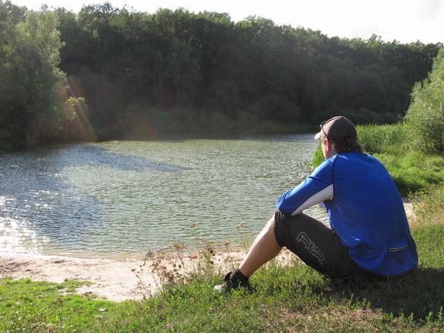 песочное дно озеро в лесу