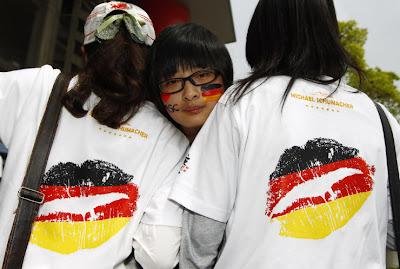 болельщицы Михаэля Шумахера в футболках с губами на Гран-при Китая 2012