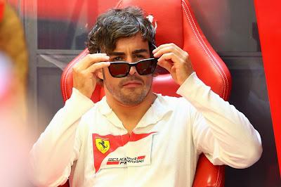 Фернандо Алонсо снимает солнцезащитные очки в гараже Ferrari на Гран-при Сингапура 2013