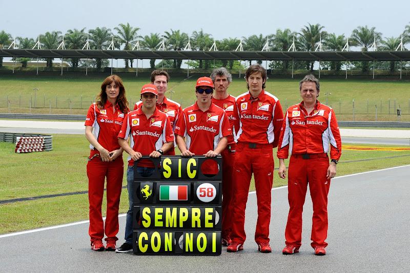 Фелипе Масса и Фернандо Алонсо вместе с механиками Ferrari в память о Марко Симончелли на Гран-при Малайзии 2012