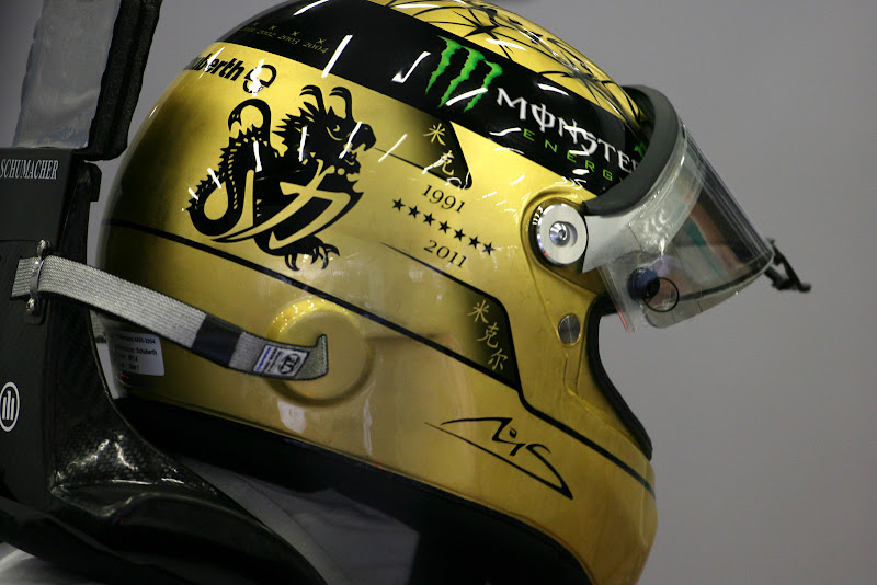 золотой шлем Михаэля Шумахера на Гран-при Бельгии 2011 вид сбоку