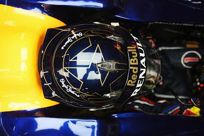 Себастьян Феттель в черном шлеме с двумя золотыми звездами на Гран-при Кореи 2011