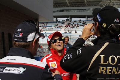 смеющийся Фелипе Масса и Рубенс Баррикелло с Бруно Сенной на Гран-при Кореи 2011