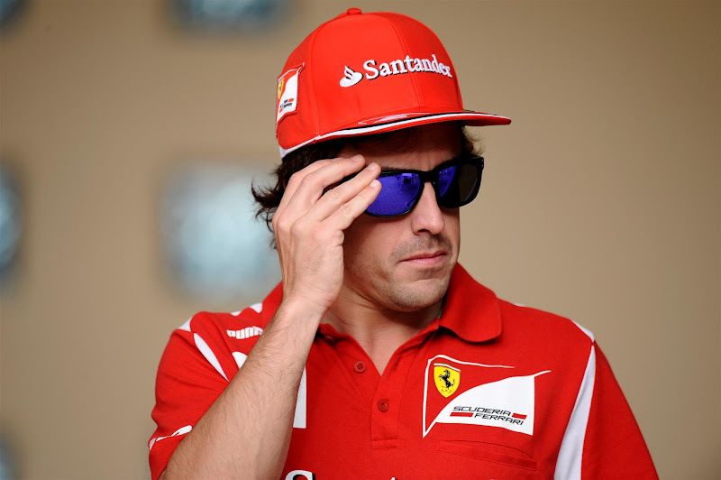 Фернандо Алонсо в солнцезащитных очках на Гран-при Бахрейна 2012