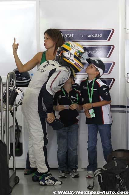 Рубенс Баррикелло целует сына и его жена показывает указательный палец на Гран-при Бразилии 2011