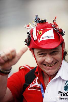 болельщики Ferrari и Mercedes в оригинальной шляпе с фигурками пилотов и болидов на Гран-при Монако 2012