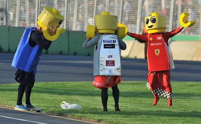 болельщики в лего-костюмах Ferrari Red Bull McLaren на Гран-при Австралии 2012