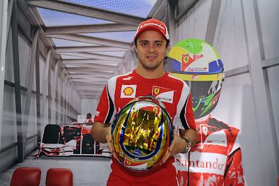 Фелипе Масса держит в руках золотой шлем на Гран-при Бразилии 2011