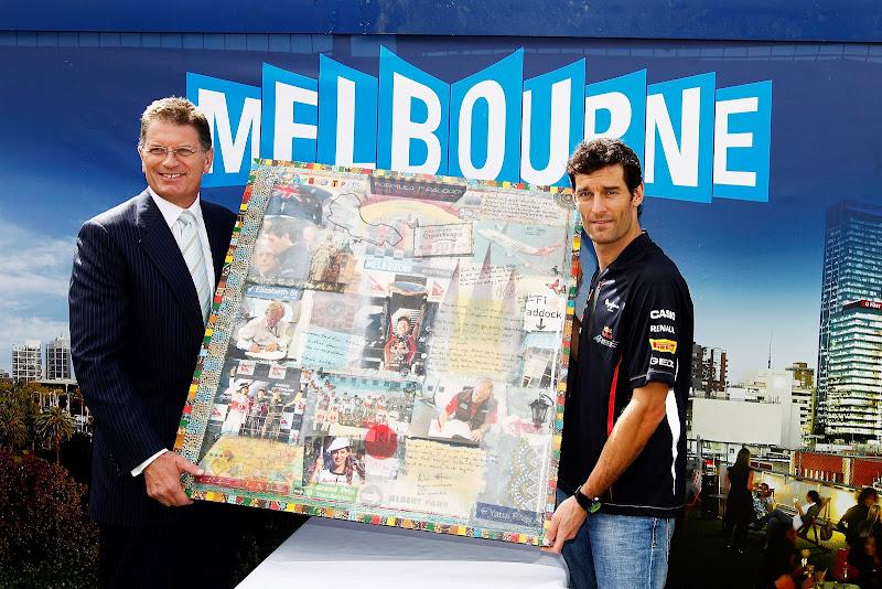 Марк Уэббер и оригинальная картина на Гран-при Австралии 2012