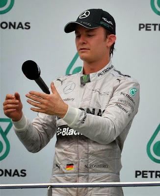 Нико Росберг подбрасывает микрофон на подиуме Гран-при Малайзии 2014
